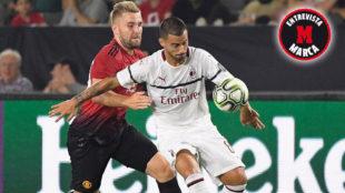 Suso pugna con Shaw en el partido amistoso del Milan contra el...