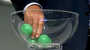 Una mano 'inocente' saca una bola en un sorteo.
