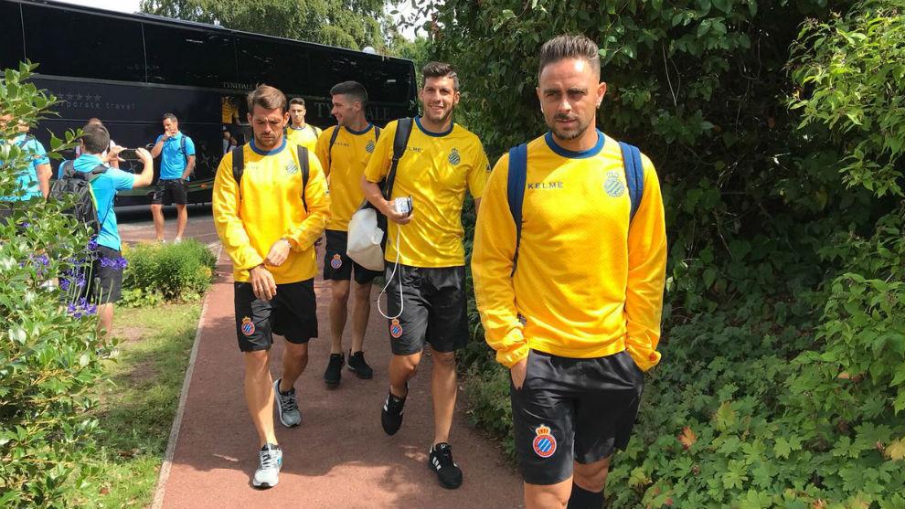 La expedición del Espanyol, a la llegada a Manchester