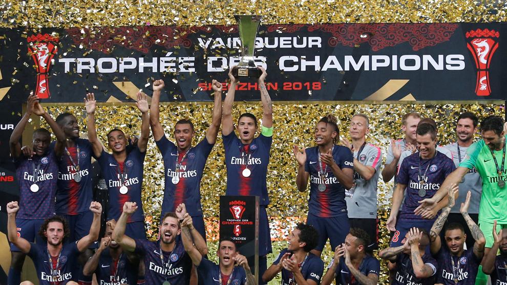 El PSG alzando el trofeo de la Supercopa de Francia