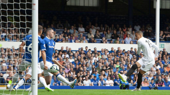 Rodrigo marca uno de sus tantos ante el Everton /