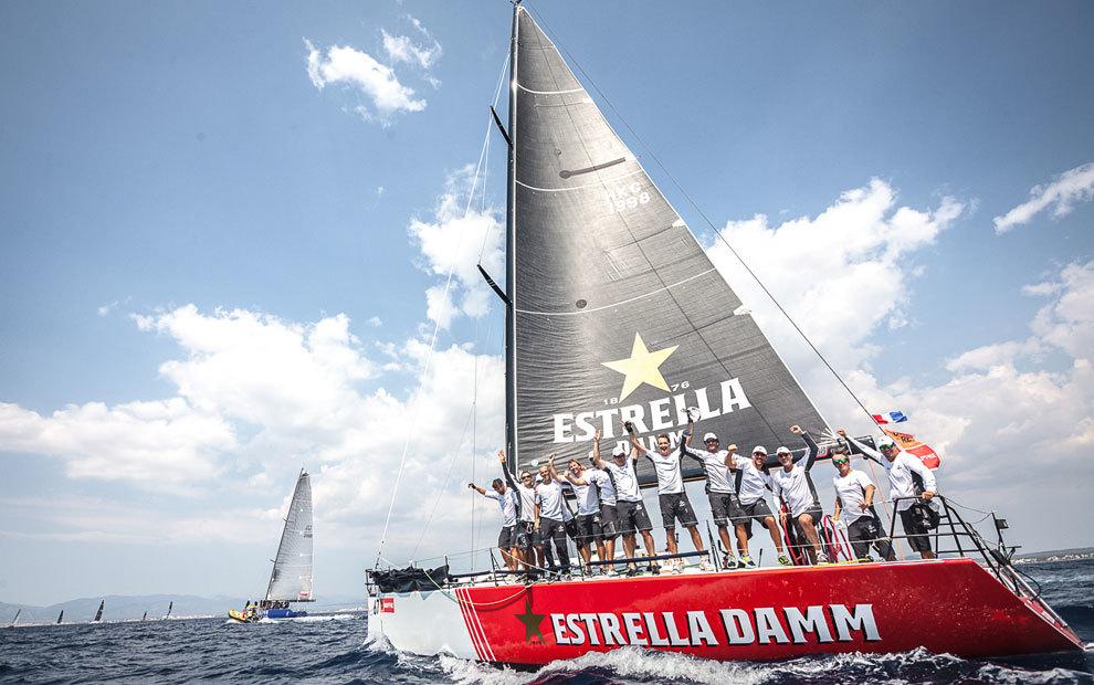 La tripulación celebra en el agua su victoria