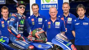 Maverick Viñales, junto a los miembros del equipo Yamaha