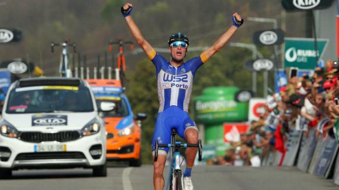 Raúl Alarcón celebra su victoria.