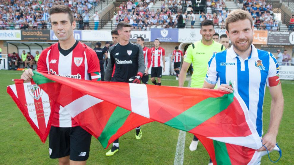Los dos equipos saltan al campo ante de la II Euskal Herria Txapela