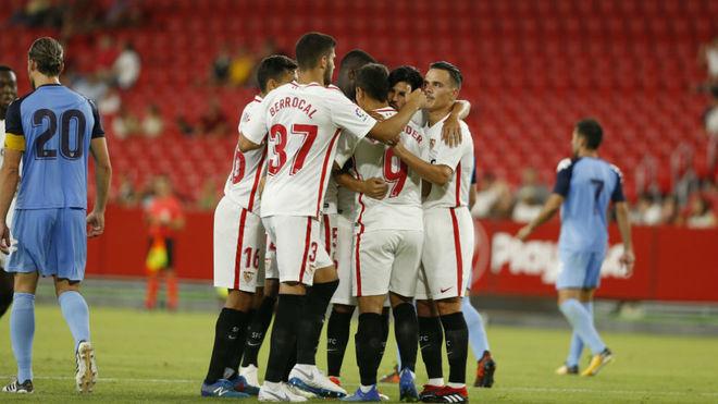 Los jugadores del Sevilla celebran un gol al Extremadura.