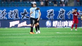 Duvier Riascos abraza a Carrasco tras el gol de la victoria del Dalian...