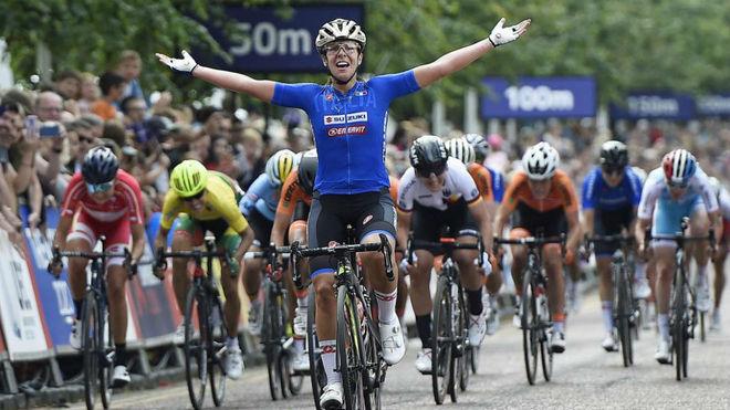 Bastianelli celebra su victoria al esprint.