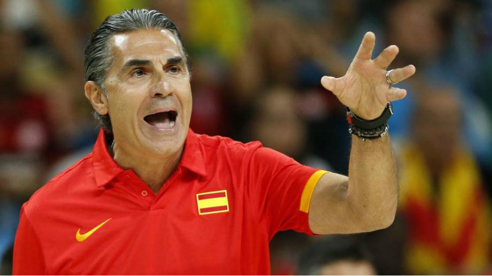 Sergio Scariolo da instrucciones durante un partido de la selección.