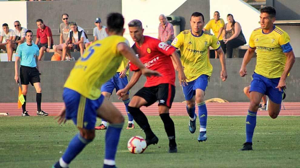 Salva Sevilla centra un balón durante el partido ante el Cádiz
