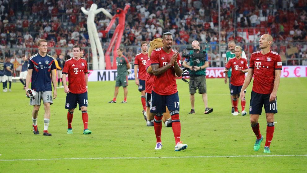 El equipo alemán celebrando la victoria con la afición