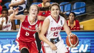 Helena Pueyo supera a una rival.