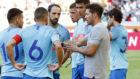 Simeone dándole órdenes a sus chicos durante el partido frente al...