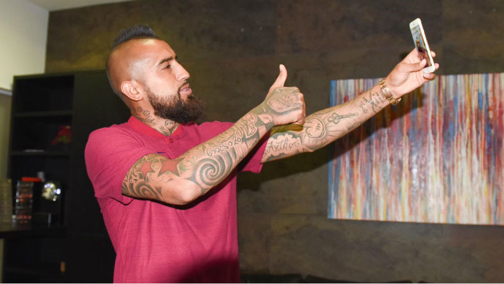 Arturo Vidal holds first training at Barça