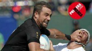 Kurt Backer avanza frente a un francés en el Mundial de Sevens.