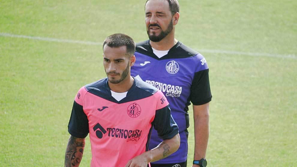 José Carlos Lazo delante de Bordalás en un entrenamiento reciente...