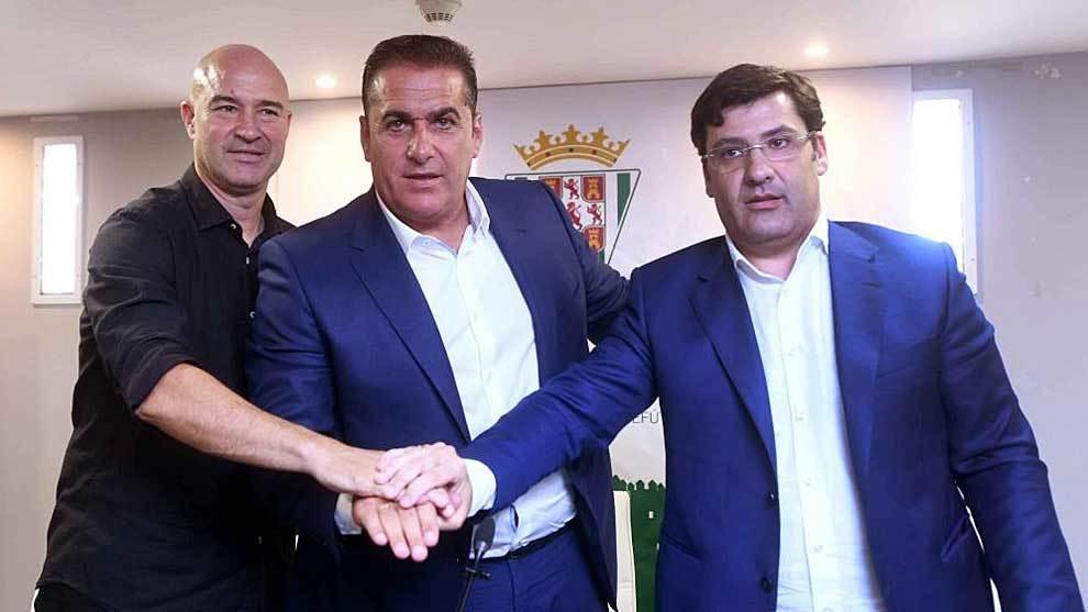 Sandoval, entre Jesús León y Rafa Berges durante su presentación