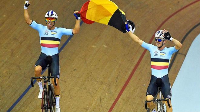 Los belgas (Robbe Ghys y Kenny de Ketele), ganadores de la prueba por...