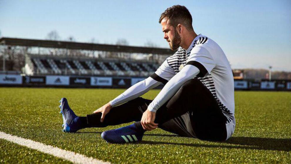 Pjanic estira al término de un entrenamiento con la Juventus de la...