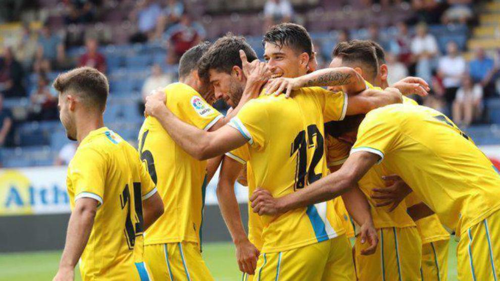 Los jugadores del Espanyol celebran un gol contra el Burnley.