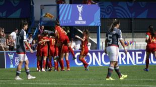 La selección española, después de un gol frente a Paraguay