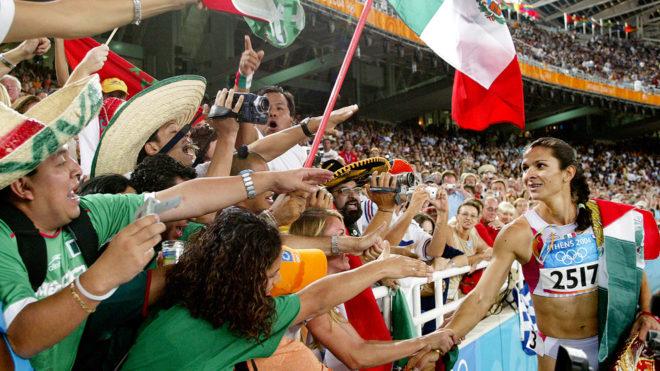 Ana Gabriela Guevara saluda a los fans tras ganar la medalla de plata...