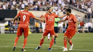 Bale celebra el gol con Asensio y Benzema.