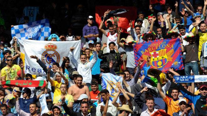 Aficionados marroquíes en las gradas del estadio de Tánger durante...