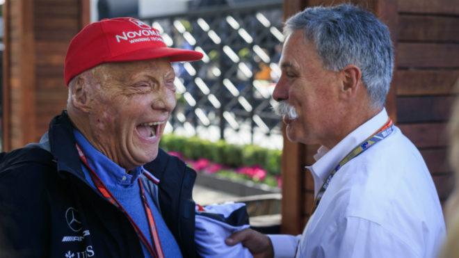 Niki Lauda se ríe junto a Chase Carey.