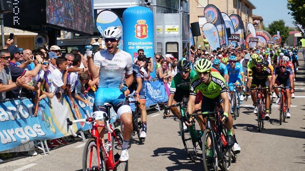 Matteo Moschetti celebra el triunfo sobre Jon Aberasturi.