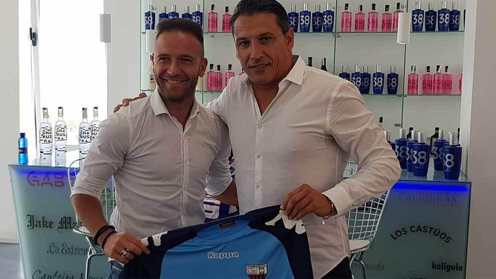 Diego Capel, junto al director deportivo Daniel López Ramos durante...