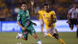 Fernando Navarro, en acción ante Tigres en la jornada 1.