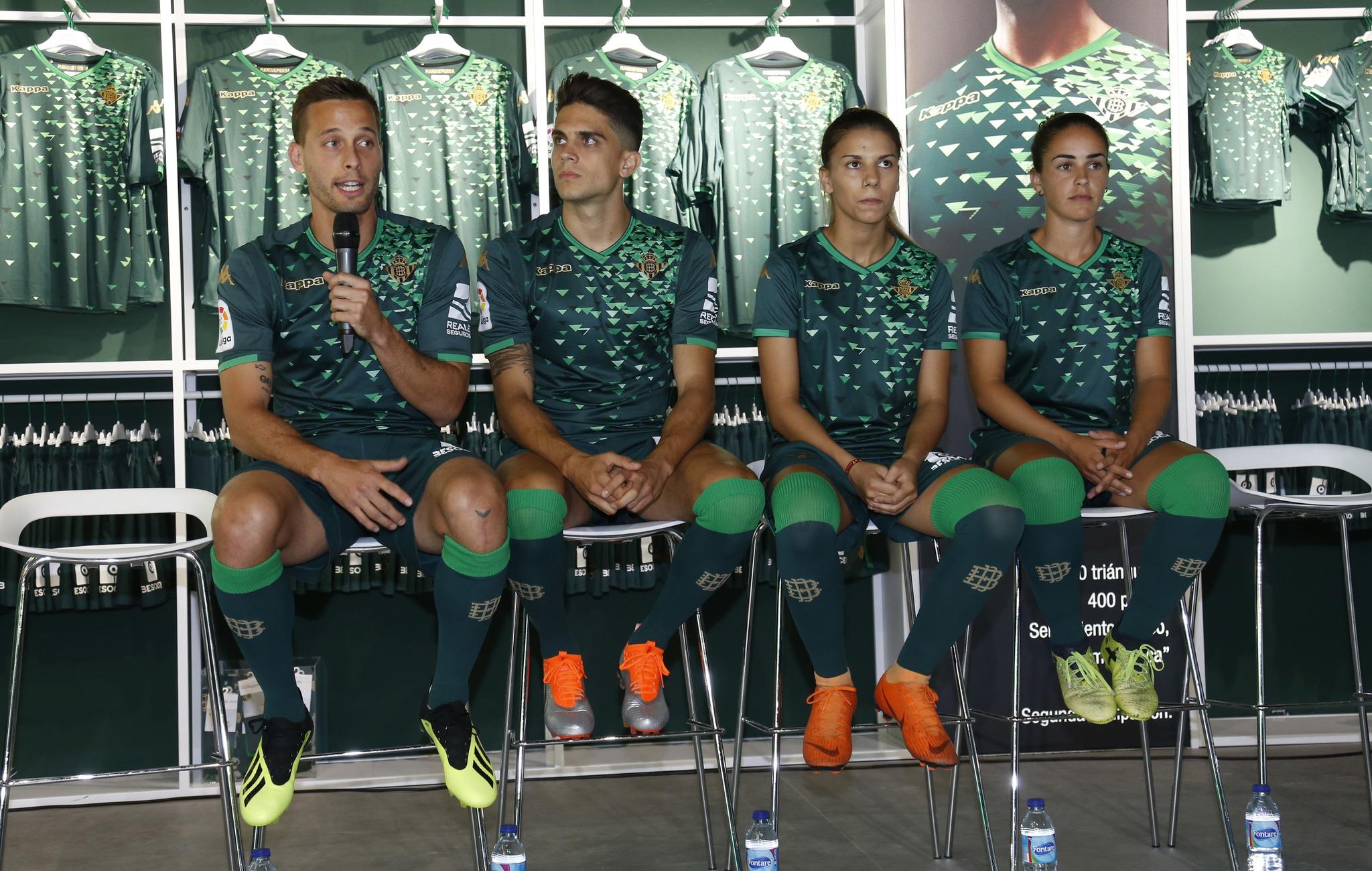 El acto ha coincidido con la inauguración de la tienda oficial Kappa (marca  que viste este año al Betis) en el Estadio Benito Villamarín. 3797292bf32f3
