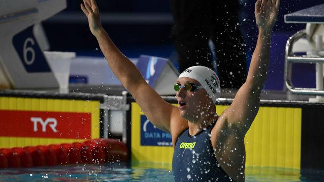 Hosszu celebra su triunfo en los 200 m estilos.