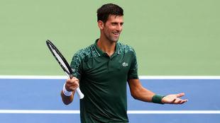Novak Djokovic, muy sonriente tras ganar el partido de hoy a Peter...