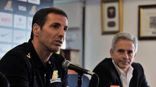 Gonzalo Quesada, junto al presidente Marcelo Rodriguez durante su...