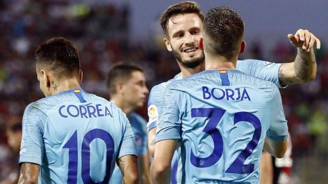 Borja Garcés recibe la felicitación de Saúl por su gol.