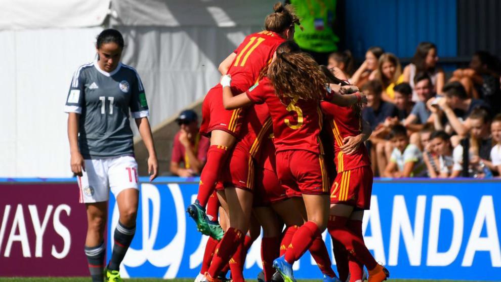 La selección española femenina sub 20 celebra un gol frente a...