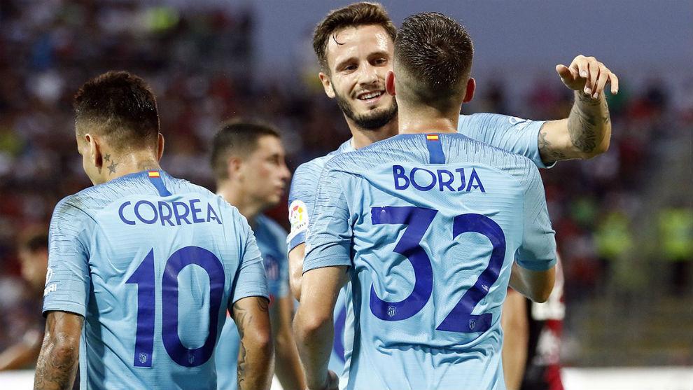 Saúl felicitando a Borja por su tanto.