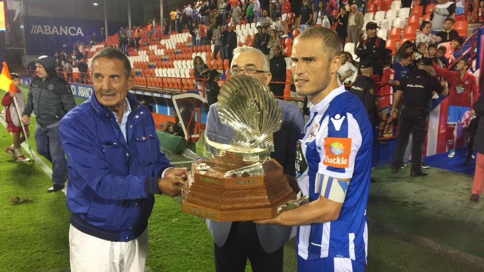 Álex Bergantiños recoge el trofeo de campeón del Memorial Manolo...