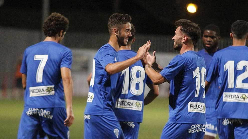 El joven Andres Martín celebra con sus compañeros el gol del triunfo