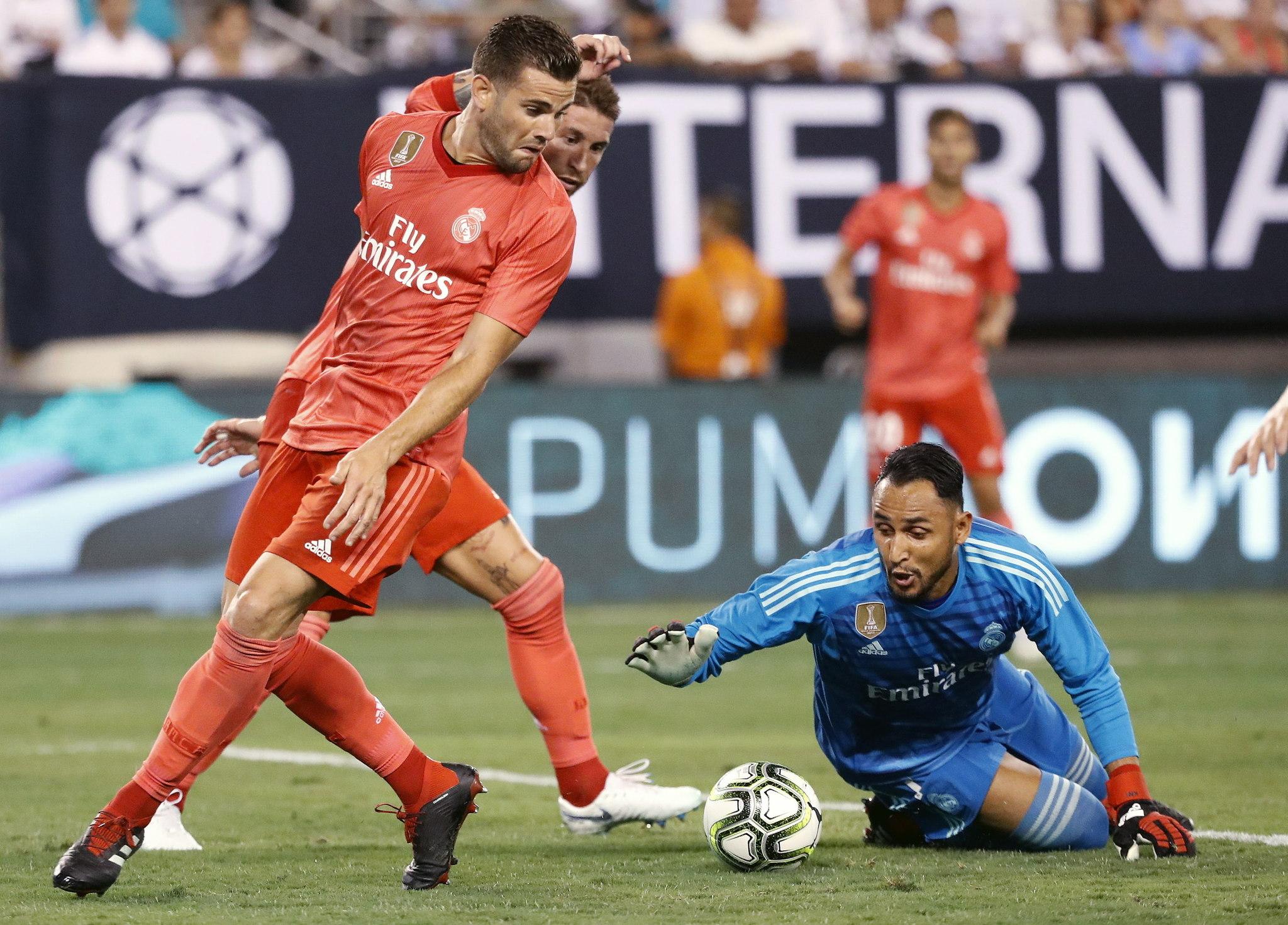 Keylor detiene un esférico durante el partido ante la Roma