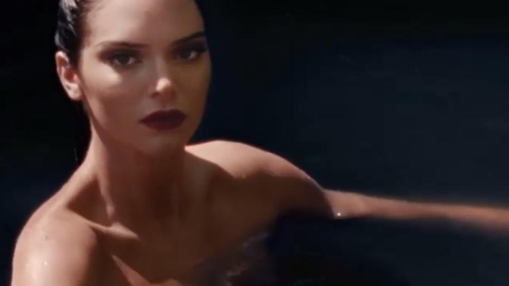 Kendall Jenner sube la temperatura con su desnudo en el agua