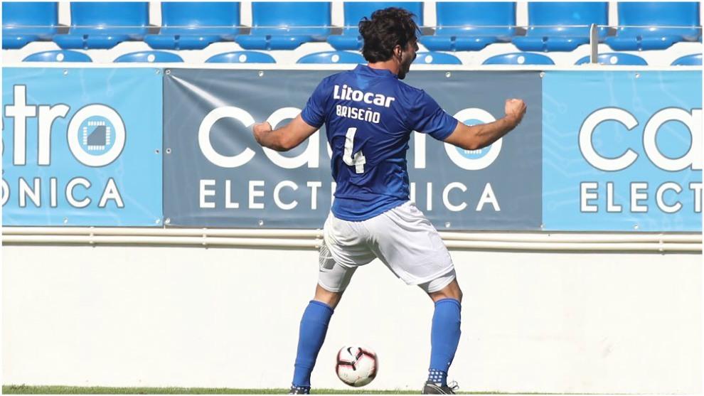 Birseño festaja un gol con el Feirense.