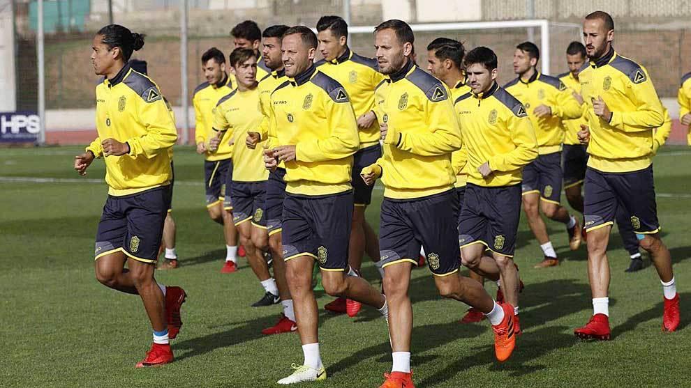 Diego Paras, en segundo término, durante un entrenamiento de la...