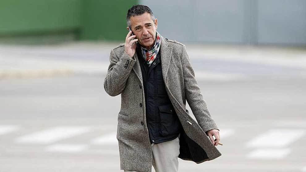 El presidente Diego García, hablando por teléfono