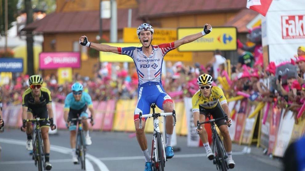 Georg Preidler levanta los brazos por delante del líder Kwaitkowski...