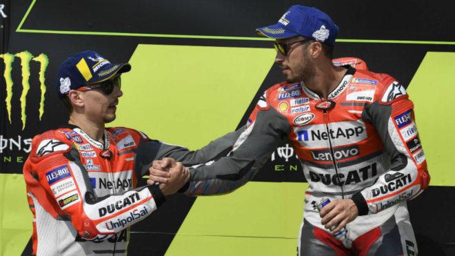 Dovi y Lorenzo se dan la mano en el podio de Brno.