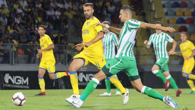 Zou Feddal conduce un balón durante el Frosinone-Betis.
