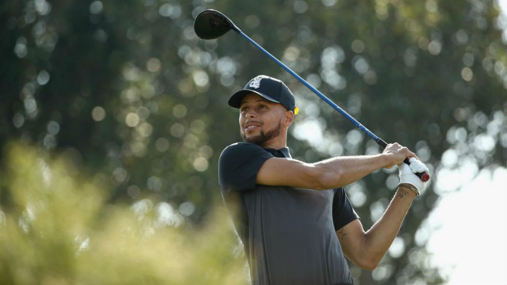Stephen Curry destaca jugando un torneo oficial de golf